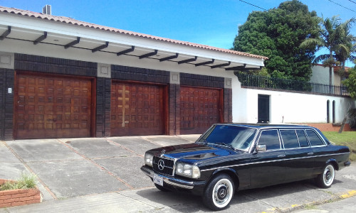 COSTA-RICA-MANISON-WITH-3-CAR-GARAGE.-MERCEDES-300D-LIMOUSINE-SERVICE..jpg