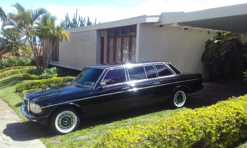 RANCH-STYLE-MANSION-DRIVEWAY.-COSTA-RICA-MERCEDES-W123-SEDAN-TOURS.jpg